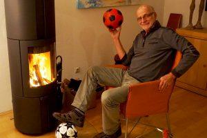Günther Koch in seinem Kaminzimmer nach den Aufnahmen für die Erfolgsfans
